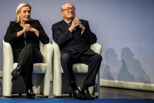Marine Le Pen et son père Jean-Marie, lors du congrès du FN, le 29 novembre 2014 à Lyon © JEFF PACHOUD AFP