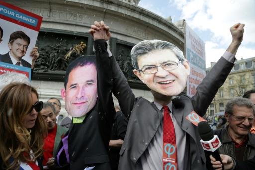 Des manifestants portent des masques représentant la candidat de La France insoumise Jean-Luc Mélenchon (d), et le candidat socialiste à la Benoît Hamon (g), lors d'un rassemblement pour appeler à une candidature commune des deux hommes © Zakaria ABDELKAFI AFP/Archives