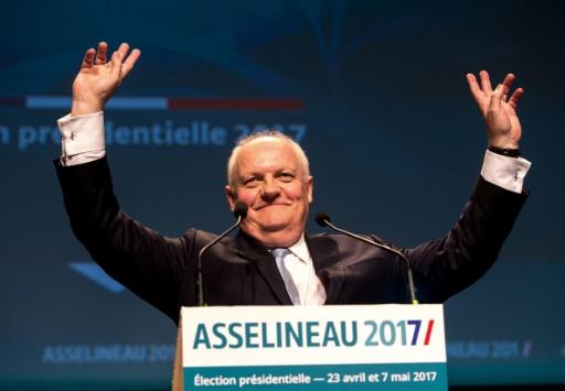 Le candidat de l'Union populaire républicaine, François Asselineau, salue ses soutiens lors d'un meeting à Lille, le 10 avril 2017 © PHILIPPE HUGUEN AFP/Archives