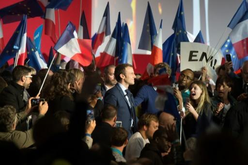 """Emmanuel Macron, candidat de """"En Marche!"""" à la présidentielle, entouré par des supporters lors d'un meeting à Marseille, le 1er avril 2017 © BERTRAND LANGLOIS AFP/Archives"""