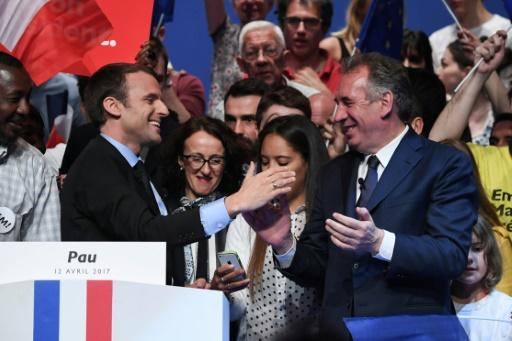 """Emmanuel Macron, candidat de """"En Marche!"""" à la présidentielle, et le maire centriste de Pau François Bayrou lors d'un meeting à Pau, le 12 avril 2017 © Eric FEFERBERG AFP/Archives"""