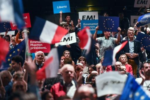 """Des supporteurs d'Emmanuel Macron, candidat d'""""En Marche!"""" à la présidentielle, lors d'un meeting à Besançon, le 11 avril 2017 © SEBASTIEN BOZON AFP/Archives"""