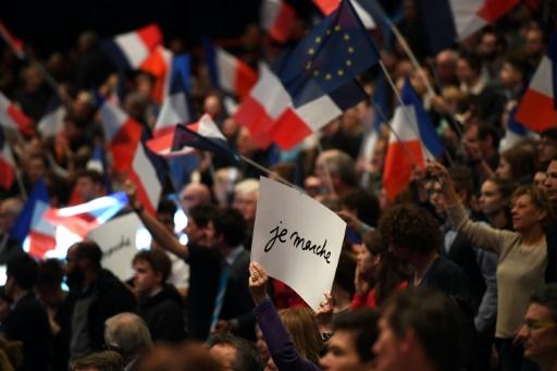 """Des supporteurs d'Emmanuel Macron, candidat d'""""En Marche!"""" à la présidentielle, lors d'un meeting à Dijon, le 23 mars 2017 © Eric FEFERBERG AFP/Archives"""