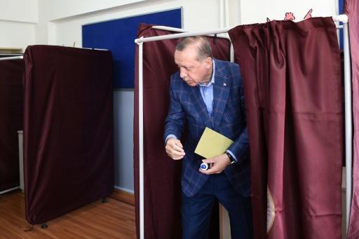 Le président turc Recep Tayyip Erdogan dans un bureau de vote à Istanbul, le 16 avril 2017 © OZAN KOSE AFP