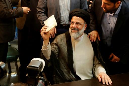Ebrahim Raissi, candidat à la présidentielle du 19 mai en Iran, sourit après avoir enregistré sa candidature, à Téhéran, le 14 avril 2017 © ATTA KENARE AFP
