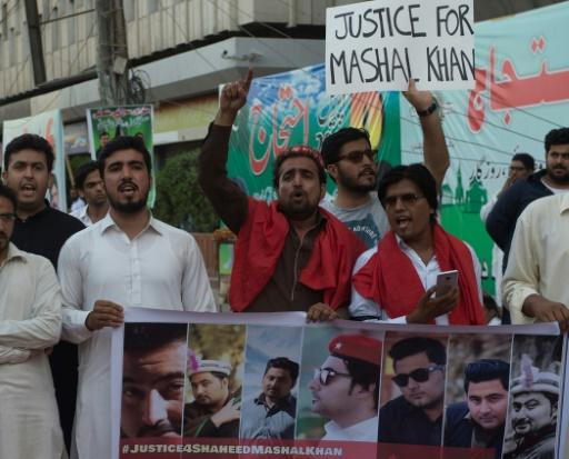 Des manifestants entonnent des slogans lors d'un rassemblement de protestation contre le meurtre de Mashal Khan, à Karachi, le 14 avril 2017 © ASIF HASSAN AFP