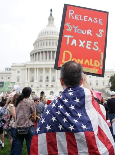 Manifestation pour appeler le président Donald Trump à rendre publiques ses déclarations de revenus et d'impôts, le 15 avril 2017 à Washington © MANDEL NGAN AFP