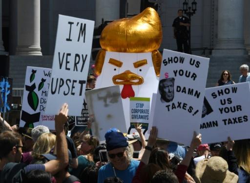 Manifestation pour appeler le président Donald Trump à rendre publiques ses déclarations de revenus et d'impôts, le 15 avril 2017 à Los Angeles © Mark RALSTON AFP