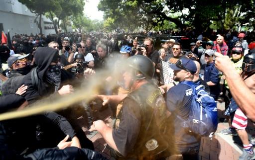 Heurts entre partisans et opposants de Donald Trump  lors de manifestations appelant le président Trump à publier ses déclarations de revenus et d'impôts, le 15 avril 2017 à Berkeley, en Californie © Josh Edelson AFP
