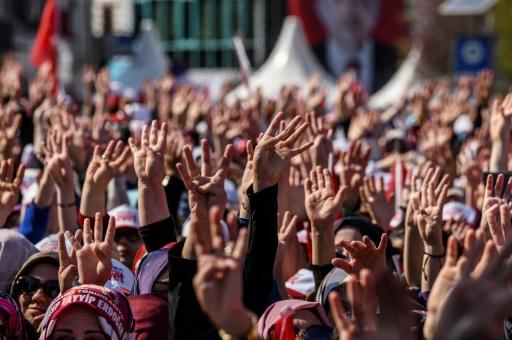 Des partisans du président turc Recep Tayyip Erdogan lors d'un rassemblement à Istanbul, le 15 avril 2017 © OZAN KOSE AFP
