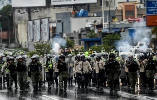 Des policiers antiémeutes lors d'une manifestation d'opposants au gouvernement du président Maduro, le 13 avril 2017 à Caracas, au Venezuela © JUAN BARRETO AFP
