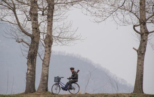 Un soldat nord-coréen assis sur sa bicyclette, le 16 avril 2017 à Dadong © Johannes EISELE AFP