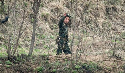 Un soldat nord-coréen fait un salut de la main, le 15 avril 2017 à Dadong © Johannes EISELE AFP