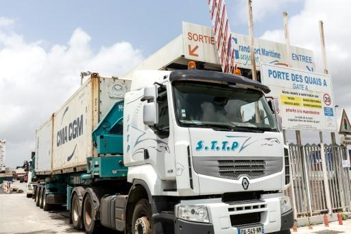 Un camion quitte le port de Cayenne pour livrer des marchandises arrivées par containers, le 15 avril 2017 en Guyane © jody amiet AFP