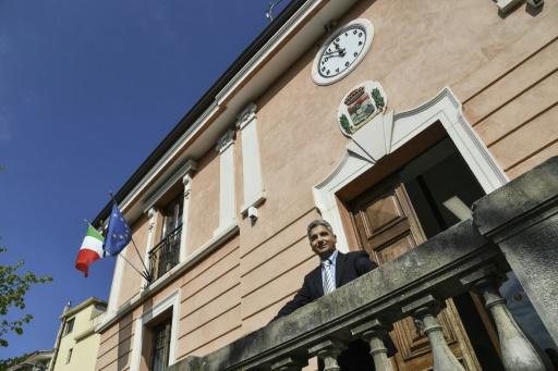 Stefano Calibre, maire de Sant' Alessio in Aspromonte, à l'entrée de la mairie du village © Andreas SOLARO AFP