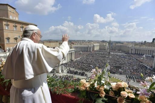Le pape François lors de sa traditionnelle bénédictionUrbi et Orbi, le 16 avril 2017 Place Saint-Pierre à Rome ©  OSSERVATORE ROMANO/AFP