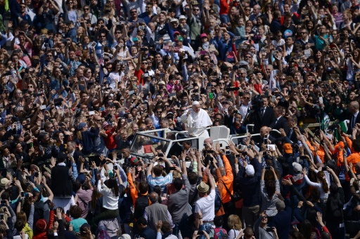 Le pape François dans sa papamobile salue la foule de fidèles réunis place Saint-Pierre, le 16 avirl 2017 à Rome © Filippo MONTEFORTE                   AFP