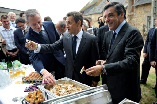 L'ex-président français Nicolas Sarkozy (c), François Fillon (d), et le député de l'Eure Bruno Le Maire (g), lors de la vise d'une ferme à Sablé-sur-Sarthe, le 28 juin 2011 © ERIC FEFERBERG POOL/AFP/Archives