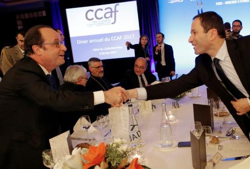 """Le président François Hollande (g) salue le candidat du PS Benoît Hamon lors du dîner annuel du Conseil de coordination des organisations arméniennes de France"""", à Paris, le 8 février 2017 © Christophe Ena POOL/AFP/Archives"""