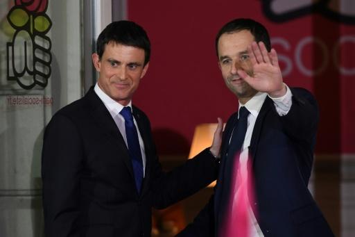 Benoît Hamon, vainqueur de la primaire organisée par le PS, et son adversaire au second tour Manuel Valls (g), au siège du parti à Paris, le 29 janvier 2017 © Eric FEFERBERG AFP/Archives
