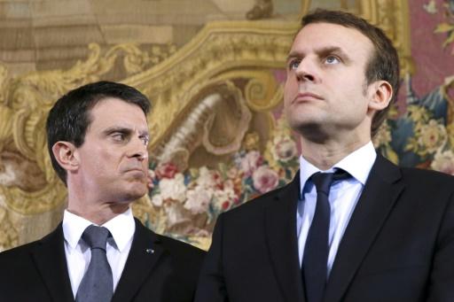 L'ancien Premier ministre Manuel Valls (g), et l'ancien ministre de l'Economie Emmanuel Macron (d), lors d'une conférence de presse à Paris, le 29 mars 2017 © PATRICK KOVARIK AFP/Archives