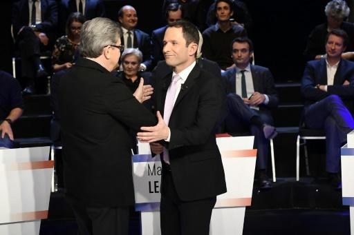 Benoît Hamon (d) serrant la main de Jean-Luc Mélenchon lors du débat réunissant les 11 candidats à la présidentielle à La Plaine-Saint-Denis près de Paris, le 4 avril 2017  © Lionel BONAVENTURE POOL/AFP/Archives