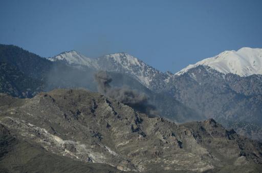De la fumée s'élève des montagnes après le largage d'une bombe américaine sur des positions de l'EI, le 14 avril 2017 dans le district d'Achin, en Afghanistan © NOORULLAH SHIRZADA AFP