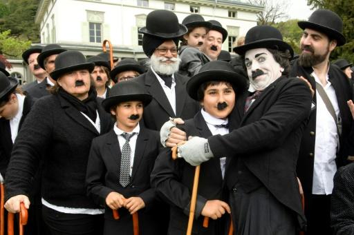 Environ 662 personnes déguisées en Charlot pour célébrer le premier anniversaire du Chaplin's World, seul musée dédié à Charlie Chaplin, et commémorer l'anniversaire du comédien, à Corsier-sur-Vevey, en Suisse © Richard Juilliart AFP