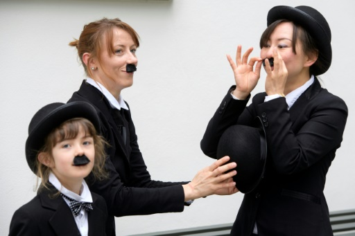 Trois personnes déguisées en Charlot pour célébrer le premier anniversaire du Chaplin's World, seul musée dédié à Charlie Chaplin, et commémorer l'anniversaire du comédien, à Corsier-sur-Vevey, en Suisse © Richard Juilliart AFP