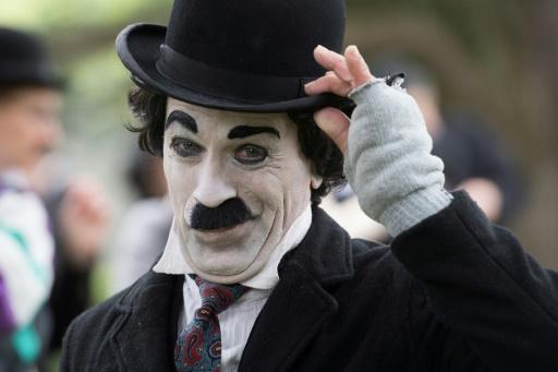 Un homme déguisé en Charlot pour célébrer le premier anniversaire du Chaplin's World, seul musée dédié à Charlie Chaplin, et commémorer l'anniversaire du comédien, à Corsier-sur-Vevey, en Suisse, le 16 avril 2017 © Richard Juilliart AFP
