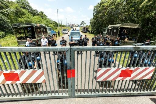 Des policiers montent la garde devant le centre spacial de Kourou le 4 avril 2017 © jody amiet AFP/Archives