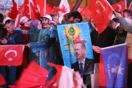Des partisans du président turc Recep Tayyip Erdogan, le 16 avril à Istanbul © ADEM ALTAN AFP