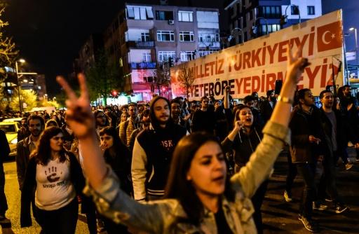 """Des partisans du """"non"""" au référendum manifestent à Istanbul après la victoire du """"oui"""", le 16 avril 2017 en Turquie © YASIN AKGUL AFP"""