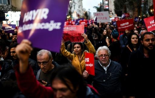 """Des partisans du """"non"""" au référendum sur l'extension des pouvoirs présidentiels en Turquie défilent à Istanbul, le 17 avril 2017 © BULENT KILIC AFP"""