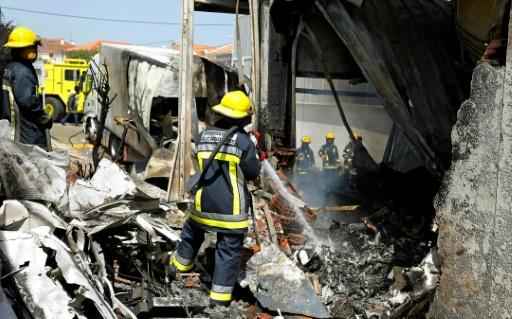 Des pompiers interviennent sur le site de l'accident à Tires, à environ 25 km à l'ouest de Lisbonne © Bruno COLACO AFP