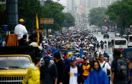 Des manifestants marchent à Caracas pour protester contre la politique du président vénézuélien Nicolas Maduro, le 13 avril 2017 © FEDERICO PARRA AFP/Archives