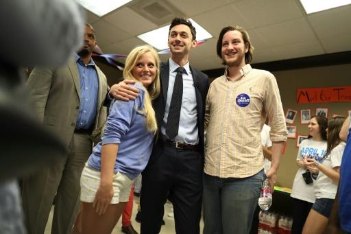 Jon Ossoff, candidat démocrate dans l'élection du 6e représentant de Géorgie, entouré de soutiens, à Atlanta, le 15 avril 2017 © JOE RAEDLE GETTY IMAGES NORTH AMERICA/AFP/Archives