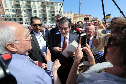 Le candidat du parti Les Républicains à la présidentielle François Fillon (c), lors d'un déplacement de campagne à Nice, le 17 avril 2017 © Valery HACHE AFP