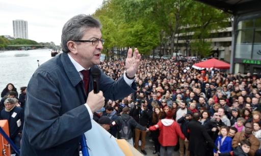 Le candidat du mouvement La France insoumise Jean-Luc Mélenchon, prononce un discours sur une péniche à Paris, le 17 avril 2017 © ALAIN JOCARD POOL/AFP