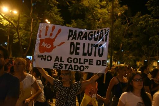 Des miliers d'opposants au projet de réélection du président du Paraguay, Horacio Cartes, rassemblés devant le Parlement à Asuncion, le 3 avril 2017 © NORBERTO DUARTE AFP/Archives