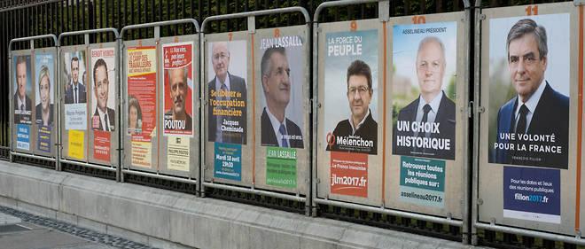 The electoral signs in the city of Pau whose mayor is Franois Bayrou, Modem and support of Emmanuel Macron.Les panneaux lectoraux dans la ville de Pau dont le maire est Franois Bayrou, Modem et soutien d'Emmanuel Macron.