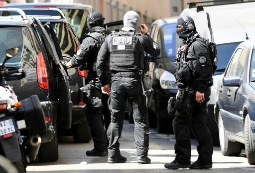 Des membres du Raid après une fouille chez l'un des deux hommes arrêtés à Marseille le 18 avril 2017, soupçonnés de préparer un attentat © BORIS HORVAT AFP