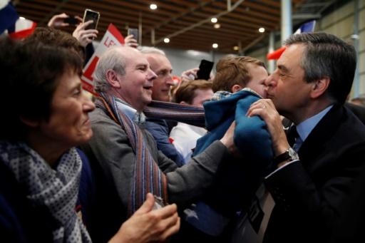 François Fillon salué par des partisans alors qu'il arrive à son meeting de Lille le 18 avril 2017 © Christian Hartmann POOL/AFP