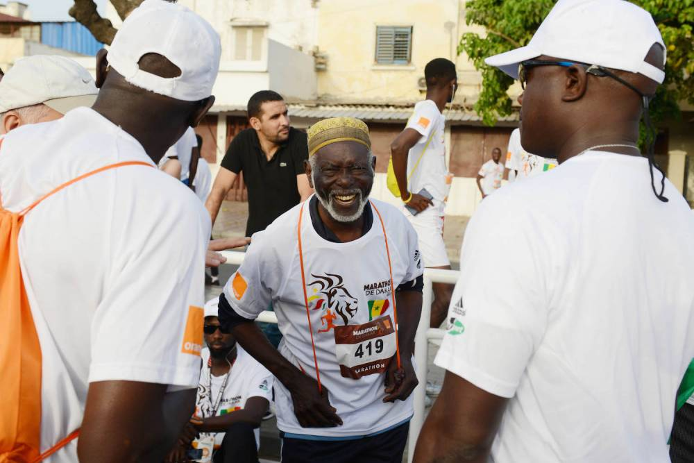 Diomaye Séné avec les volontaires.  ©  Xavier Bourgois