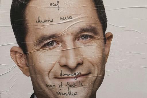 Graffiti sur une affiche de capagne de Benoît Hamon le 19 avril 2017 © JOEL SAGET AFP