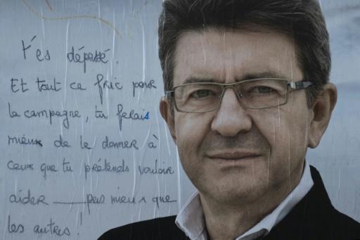 Graffiti sur une affiche de campagne de Jean-Luc Mélenchon  le 19 avril 2017 © JOEL SAGET AFP
