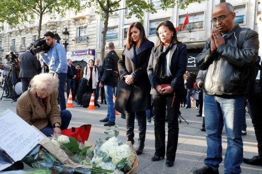 La maire de Paris Anne Hidalgo et celle du VIIIe arrondissement Jeanne d'Hauteserre le 21 avril 2017 sur le lieu où un policier a été tué sur les Champs Elysées la veille © FRANCOIS GUILLOT AFP