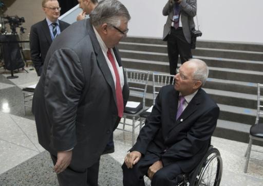 Le ministre des Finances allemand Wolfgang Schäuble (assis) parle avec le gouverneur de la Banque centrale du Mexique Agustín Carstens à Washington le 21 avril 2017 © SAUL LOEB AFP