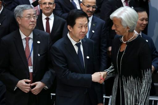 La directrice générale du FMI Christine Lagarde serre la main du ministre chinois des Finances Xiao Jie à Washington le 21 avril 2017 © CHIP SOMODEVILLA GETTY IMAGES NORTH AMERICA/AFP