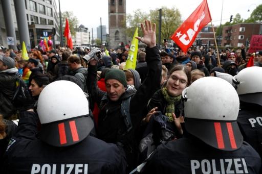 Des policiers contiennent des manifestants près de l'hôtel où se tient le congrès de l'AfD à Cologne le 22 avril 2017 © Odd ANDERSEN AFP